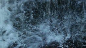 Le plan rapproché extrême de l'eau lourde laisse tomber le broyage sur des roches clips vidéos