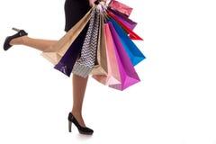 Le plan rapproché inférieur, femme court tenir des sacs en papier et le packa d'achats Image libre de droits