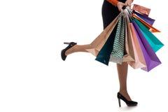 Le plan rapproché inférieur, fille court tenir les sacs en papier et le packag d'achats Photo stock