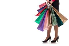 Le plan rapproché inférieur, fille se tient tenant les sacs en papier et le paquet d'achats Image libre de droits