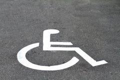 Le plan rapproché invalide se connectent l'asphalte de stationnement Images stock