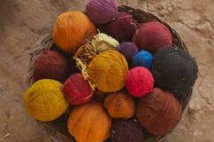 Le plan rapproché a lézardé des laines d'alpaga Images libres de droits