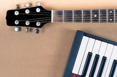 Le plan rapproché musical de cou de guitare électrique et de clavier isoled Photographie stock