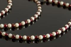 Le plan rapproché perle du cristal de grenat et des perles roses Photos libres de droits