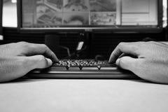 Le plan rapproché remet le clavier de dactylographie pour le processus de moniteur dans l'industrie d'usine pour le concept d'aff image stock