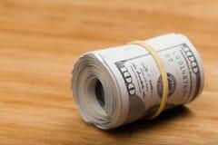 Le plan rapproché a roulé les billets de banque américains des dollars photo libre de droits