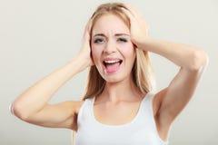 Le plan rapproché a soumis à une contrainte des oreilles de couvertures de femme avec des mains Photo stock