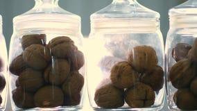 Le plan rapproché, stocké dans des pots en verre sont des graines, les noix, diverses espèces cultivées sur l'élevage, hybrides d banque de vidéos