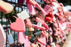 Le plan rapproché sur l'amour rose ferme à clef accrocher avec l'espace pour la copie Image stock