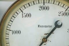 Le plan rapproché a tiré d'un vintage liquide d'indicateur d'essai de l'eau de gaz de pression de manomètre vieux Photographie stock