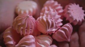 Le plan rapproché a tiré des bonbons appétissants, dessert fait main délicieux, confiserie clips vidéos