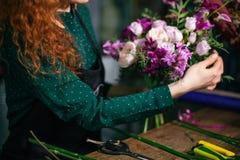 Le plan rapproché a tiré du bounch des fleurs à vendre Photos libres de droits