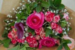 Le plan rapproché a tiré du bouquet rouge des roses, pivoines, grenades Symbole d'amour et de passion Anniversaire ou cadeau d'an Photos stock