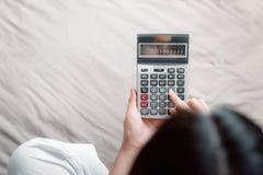 Le plan rapproch? de la main de femme utilise la calculatrice pour l'?conomie d'argent ou la r?clamation de comptabilit? calcul?e photos libres de droits