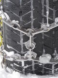 Le plan rapproché du pneu de voiture attachent avec la chaîne Photo stock