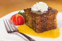 Le plan rapproché du pudding anglais de caramel complété avec la vanille a fouetté la crème Photographie stock libre de droits