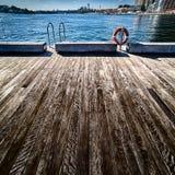 Le plance da un molo allungano verso il porto in Sydney Australia Fotografie Stock