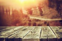 Le plance di legno rustiche davanti alla foresta abbelliscono nel tramonto Immagine Stock