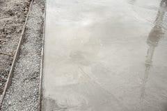 Le plancher en béton n'est pas sec après le versement, l'eau sur le plancher en béton après fabrication d'une surface douce image stock