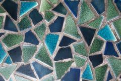 Le plancher est pavé avec les morceaux cassés de petits morceaux images libres de droits