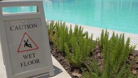 Le plancher humide de précaution se connectent la piscine extérieure clips vidéos