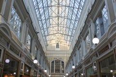 Le plancher supérieur et le toit en verre du passage Photo libre de droits