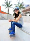 Le planchiste de femme s'asseyent sur des escaliers Photos libres de droits