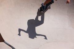 Le planchiste sautant sur une rampe Images stock