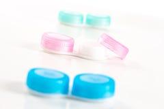 Le plastique bleu et rose entre en contact avec la caisse sur le fond blanc Image stock
