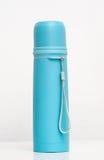 Le plastique bleu met en forme de tasse l'isolation en métal Images stock