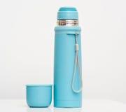 Le plastique bleu met en forme de tasse l'isolation en métal Photos libres de droits