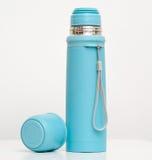 Le plastique bleu met en forme de tasse l'isolation en métal Photographie stock libre de droits