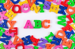 Le plastique a coloré des lettres ABC d'alphabet sur un blanc Photographie stock libre de droits