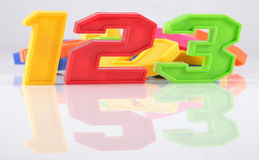 Le plastique coloré numéro 123 avec la réflexion sur le blanc Photo stock