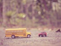 Le plastique et le métal jaunes d'autobus scolaire jouent le modèle sur le pays roa Images libres de droits