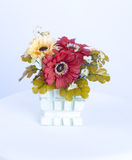 Le plastique fleurit la décoration dans le vase Image stock