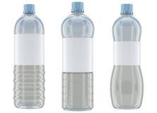 Le plastique met la maquette en bouteille sur le fond blanc Photographie stock libre de droits