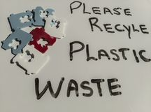 Le plastique réutilisent le message de pollution de déchets photos libres de droits