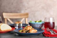 Le plat avec le chou bourré part en sauce tomate Photographie stock