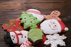 Le plat avec des biscuits de pain d'épice de caractères de Noël se ferment  Fond de biscuits de Noël Photo libre de droits