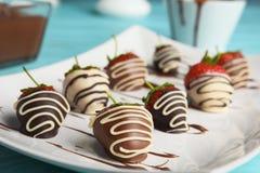 Le plat avec du chocolat a couvert des fraises photographie stock libre de droits