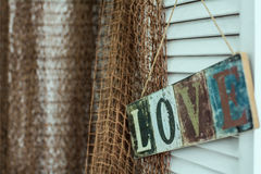 Le plat avec l'inscription peinte sur le fond de l'amour Photographie stock