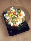 Le plat avec la hausse et les légumes sur la cuisine mesure le plan rapproché Image libre de droits