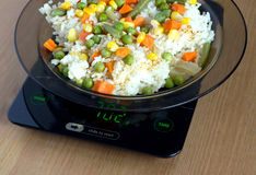 Le plat avec la hausse et les légumes sur la cuisine mesure le plan rapproché Photographie stock libre de droits