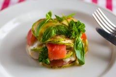 Le plat avec la pile d'aubergine et de saumons Image libre de droits
