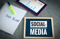 Le plat avec le media social d'inscription et la suppression rendent compte avec un comprimé et un blockto pour symboliser le sca photos libres de droits