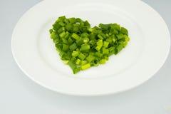 Le plat blanc à l'oignon, a mis dans le coeur Photo stock