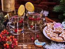 Le plat de biscuits d'hiver et deux verres attaquent avec les baies rouges Photos stock