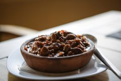 Le plat de la cuisine géorgienne, pommes de terre a fait cuire au four sur le ketsi avec des champignons et des tomates images libres de droits