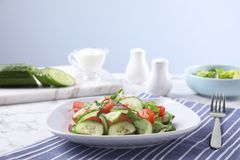 Le plat de la salade végétarienne avec le concombre, la tomate, la laitue et l'oignon a servi image libre de droits